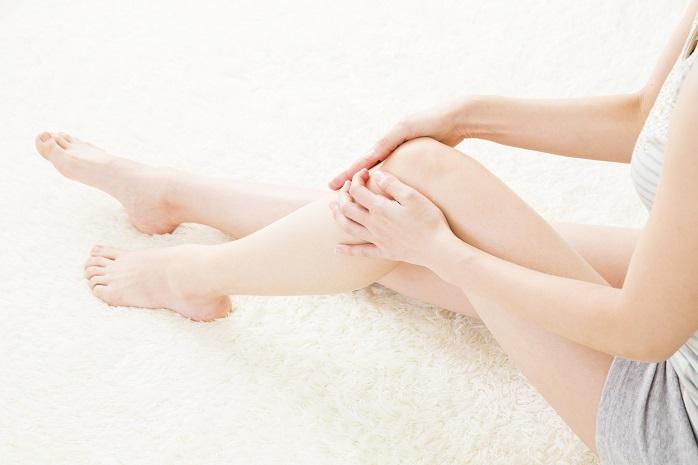 足のむくみを気にしている女性