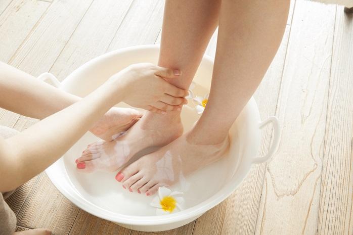 足湯に浸かっている女性の足