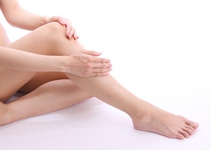 足を優しくマッサージする女性