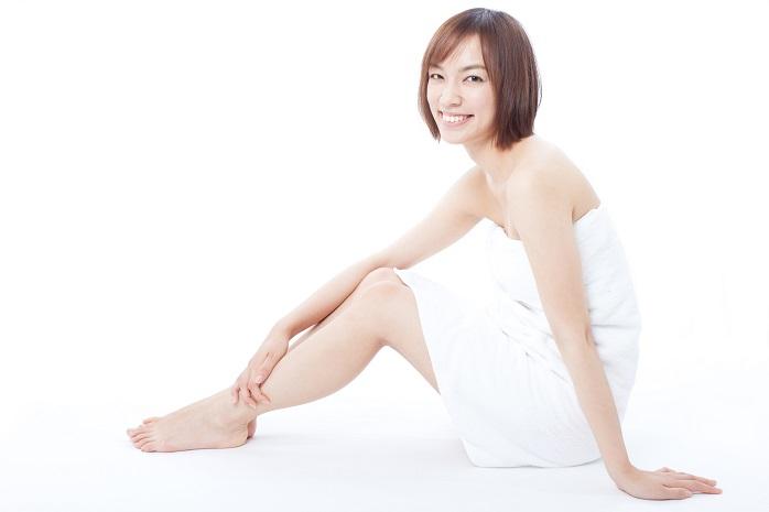 入浴後に足のマッサージする女性