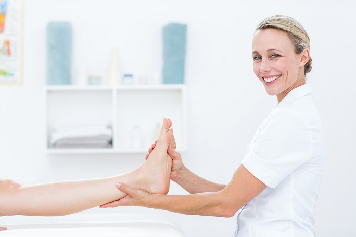 足を検査する看護師