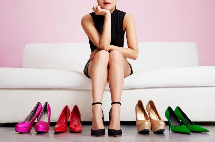 女性と靴が並んでいる写真