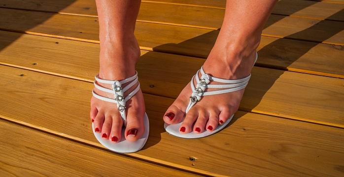 サンダルを履いている女性の足