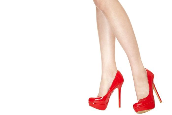 赤いハイヒールを履いている女性の足