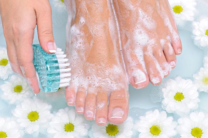 足を丁寧に洗っている写真