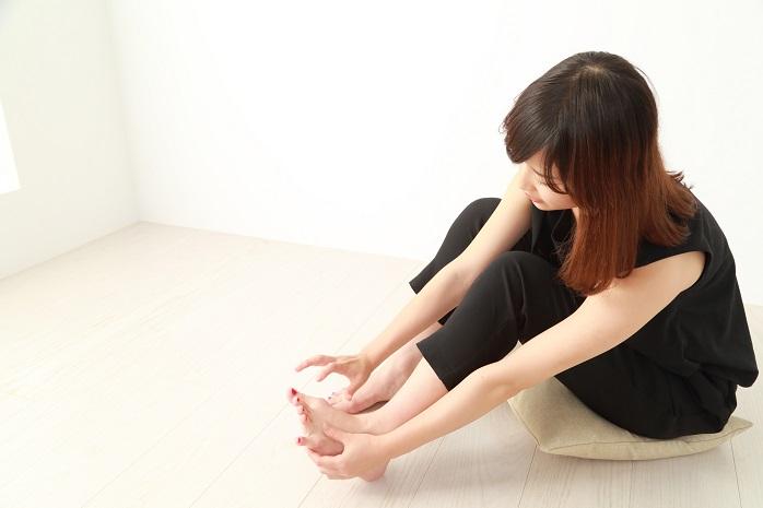 足が気になる若い女性